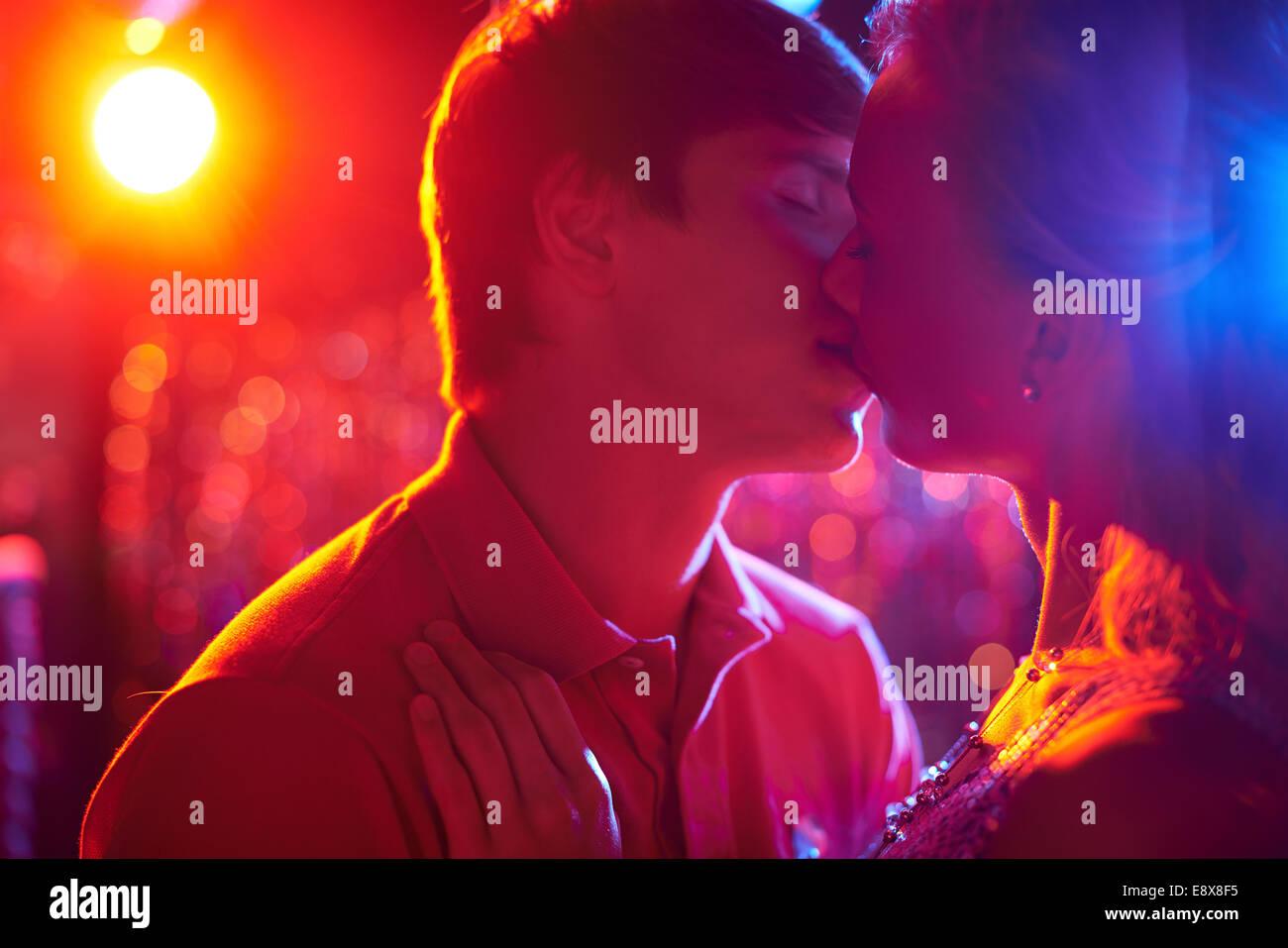 Romantisches Paar küssen auf der Tanzfläche in Nachtclub Stockbild