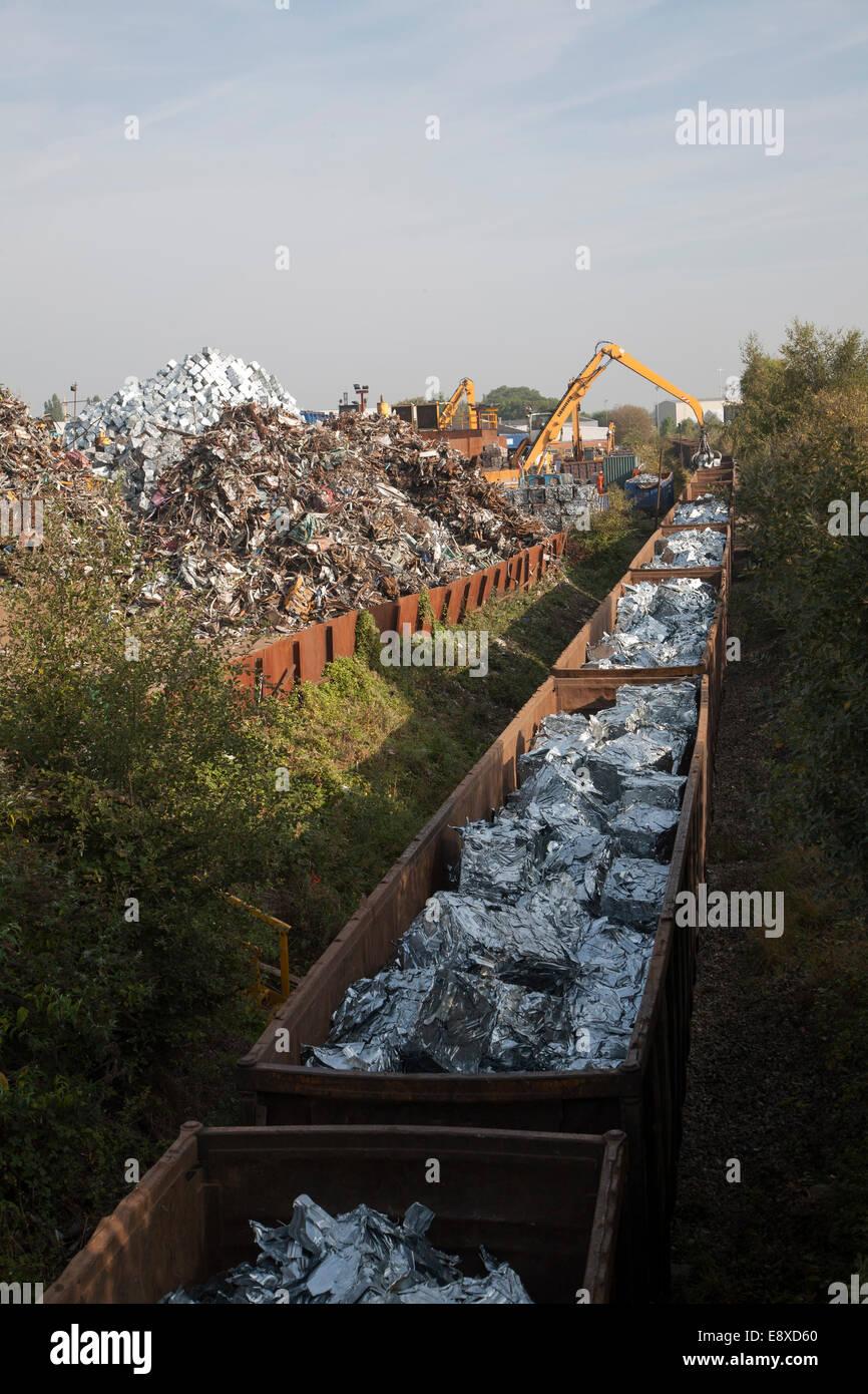 Schrott, Metallrecycling laden Eisenbahnwaggons mit verarbeiteten Metalle, EMR Unternehmen, Swindon, England, UK Stockbild