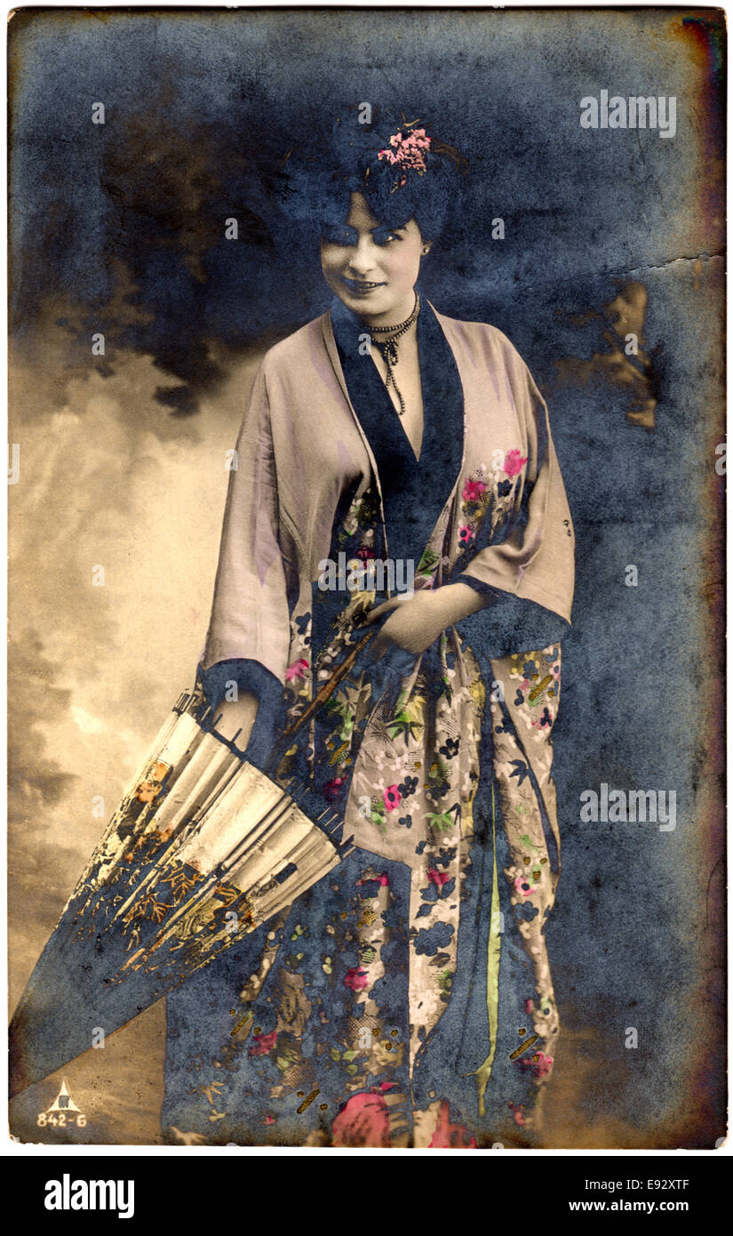 frau im kimono stehend mit sonnenschirm handkolorierten postkarte ca 1912 stockfoto bild. Black Bedroom Furniture Sets. Home Design Ideas