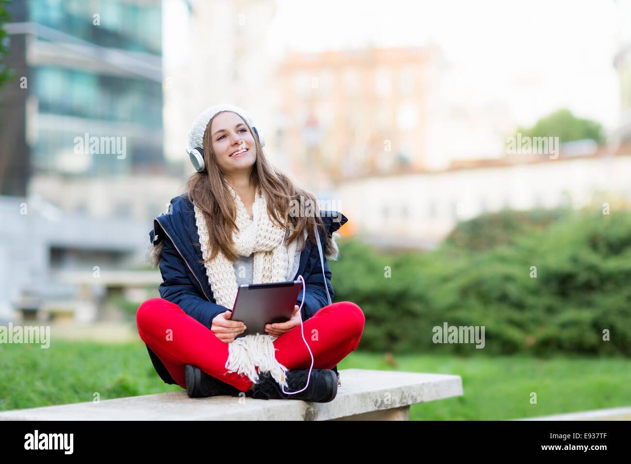 Porträt von Teenager-Mädchen Musik hören Stockbild