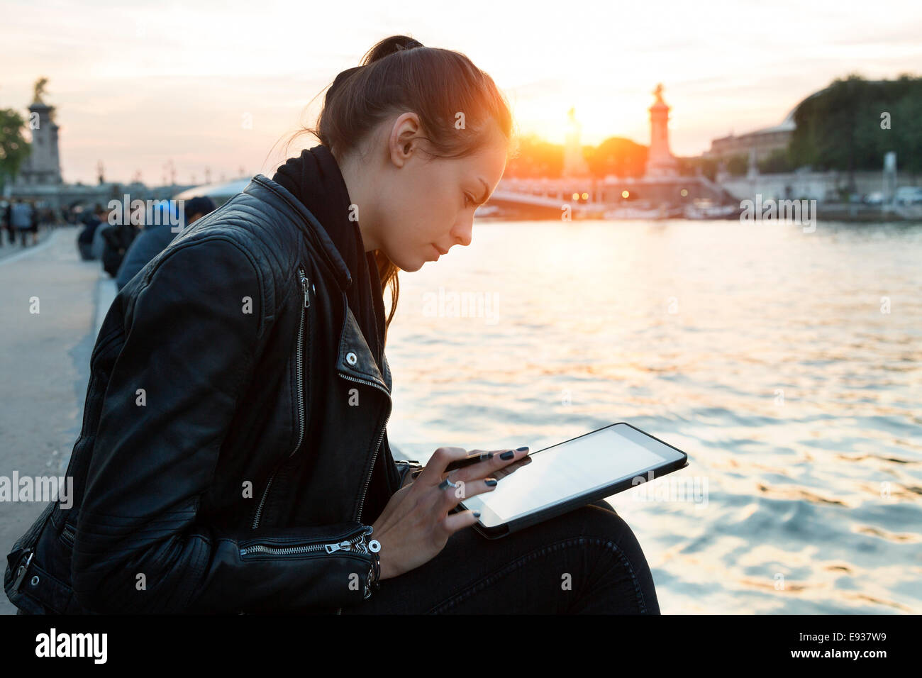Frau mit Digital-Tablette Stockbild