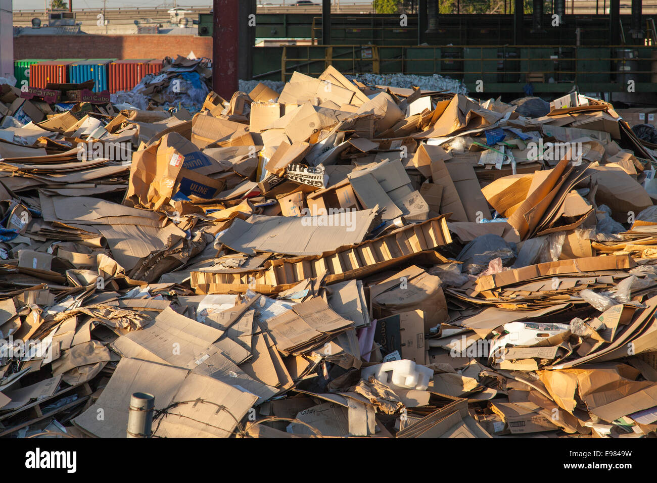 Kartons an der Recycling-Station, Downtown Los Angeles, Kalifornien, USA Stockbild