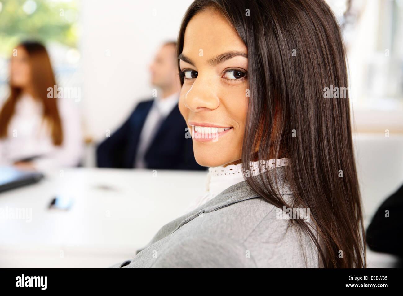 Porträt der schönen lächelnden Geschäftsfrau Stockbild