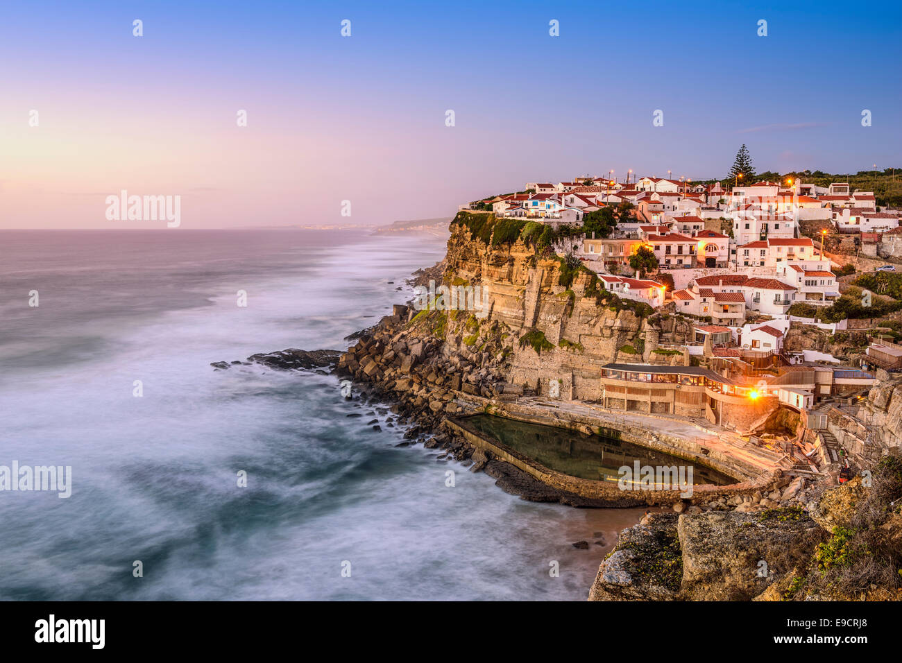Azenhas Do Mar, Sintra, Portugal Stadtbild an der Küste. Stockbild