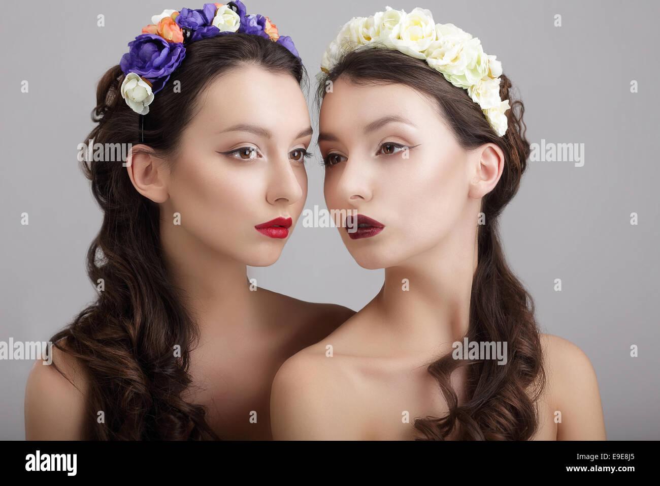 Inspiration.Two gestylt Weibchen mit Kränze aus Blumen Stockbild