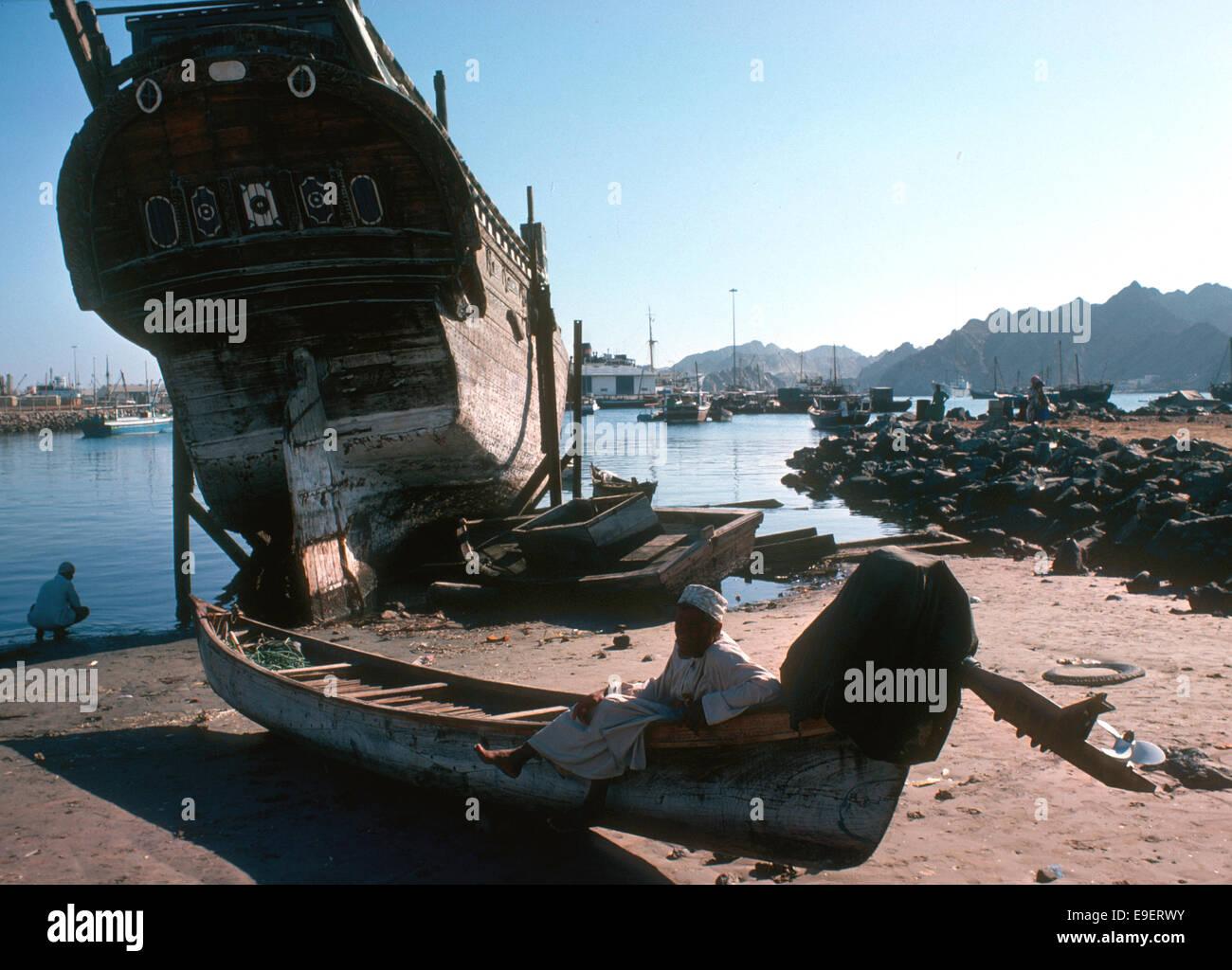 Ändern Sie in Muttrah, alten Baghala und einem Außenbordmotor auf einem Fischerboot, Oman 1975 Stockbild