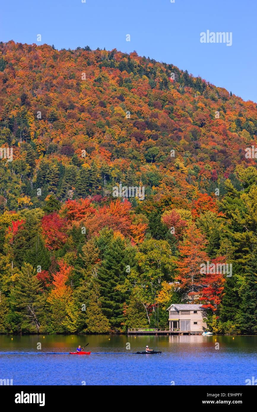 Herbstfarben am Mirror Lake in Lake Placid im Adirondack State Park im nördlichen Teil des New York State, Stockbild