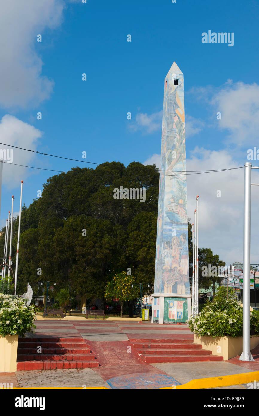 Dominikanische Republik, Osten, La Romana, der Obelisk auf der Avenida Libertad Stockbild