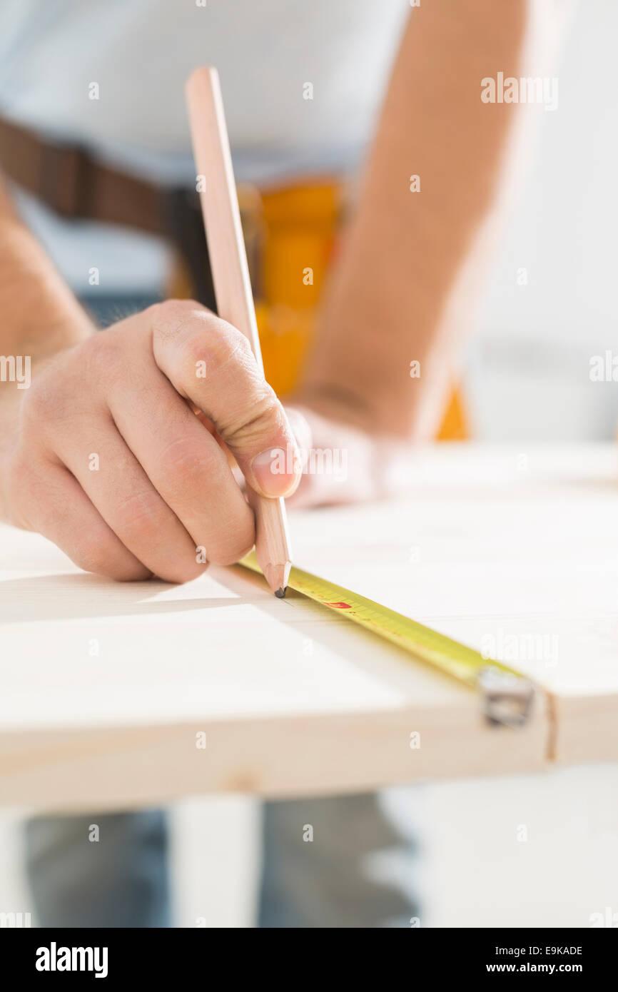 Mittelteil Zimmermanns Kennzeichnung Tisch mit Maßband Stockbild