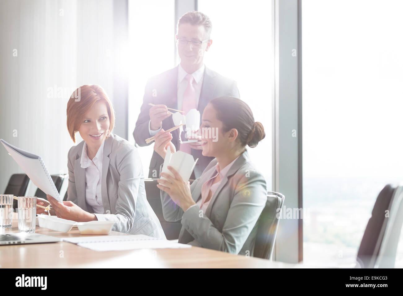 Geschäftsleute mit Mittagspause Stockbild