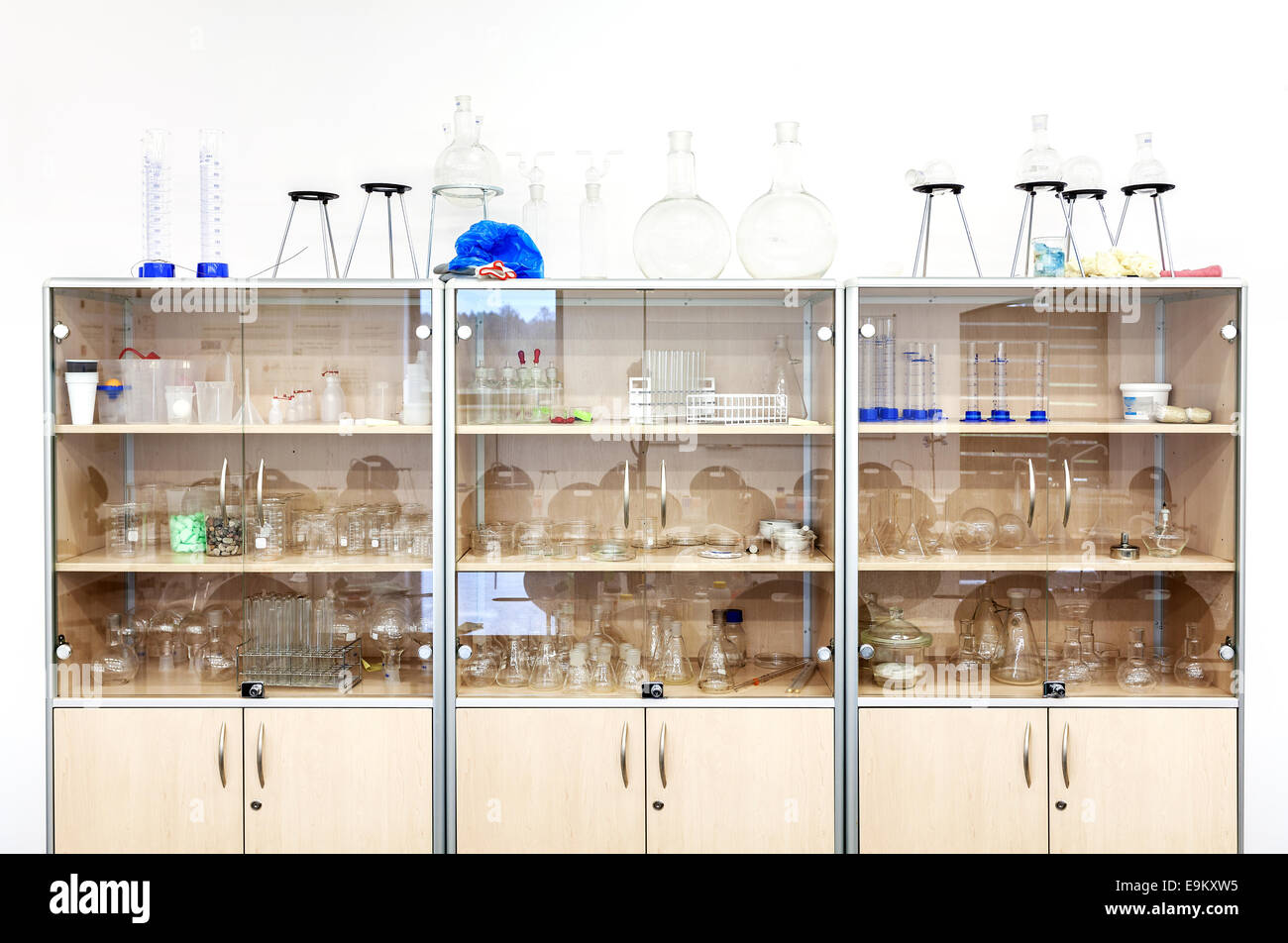 Verschiedenen Laborglas und Ausrüstung in den Regalen. Stockbild