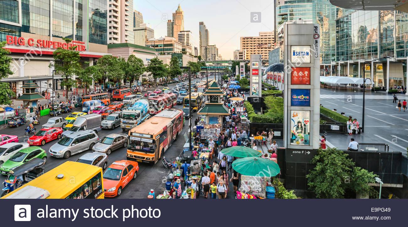Straßenbild mit Stau in der Innenstadt von Bangkok, Thailand | Berufsverkehr Mit Verkehrsstau in der Innenstadt Stockbild