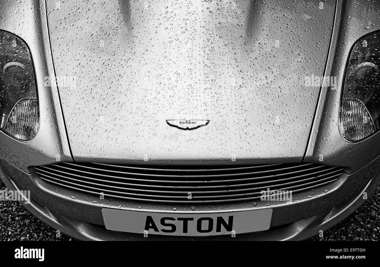 Aston Martin DB9 mit Wassertropfen in Monochrom Stockbild