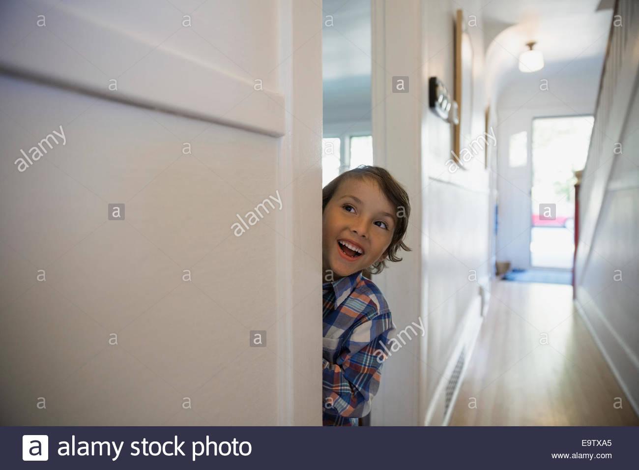 Begeistert junge in Tür Stockbild