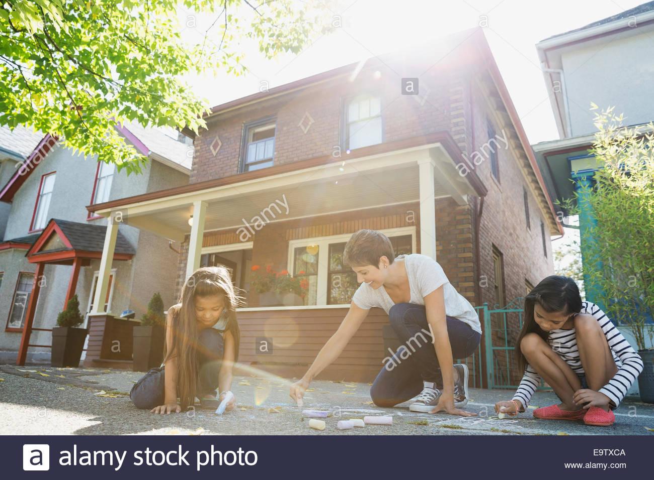 Mutter und Töchter mit Bürgersteig Kreide zeichnen Stockbild