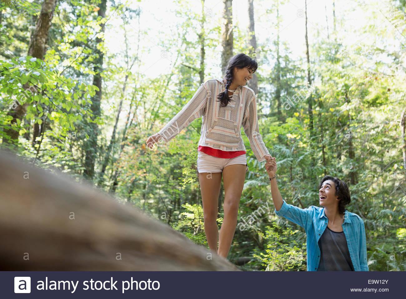 Paar halten Hände in Wald Stockbild