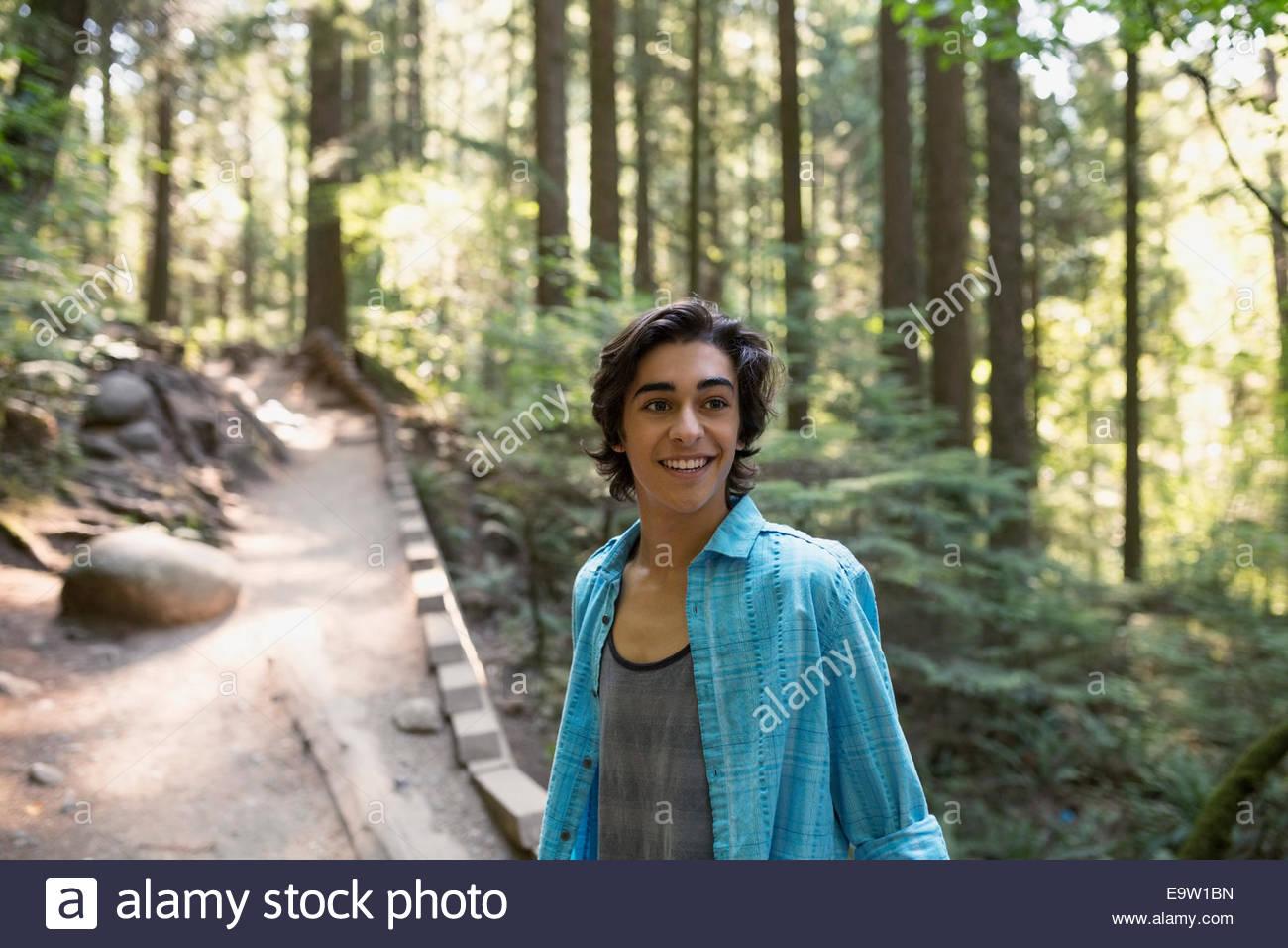 Teenager auf Pfad im Wald Stockbild