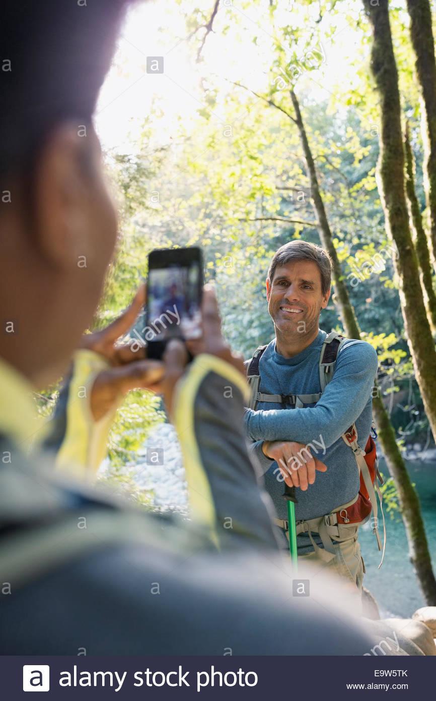 Frau Mann im sonnigen Wald fotografieren Stockbild