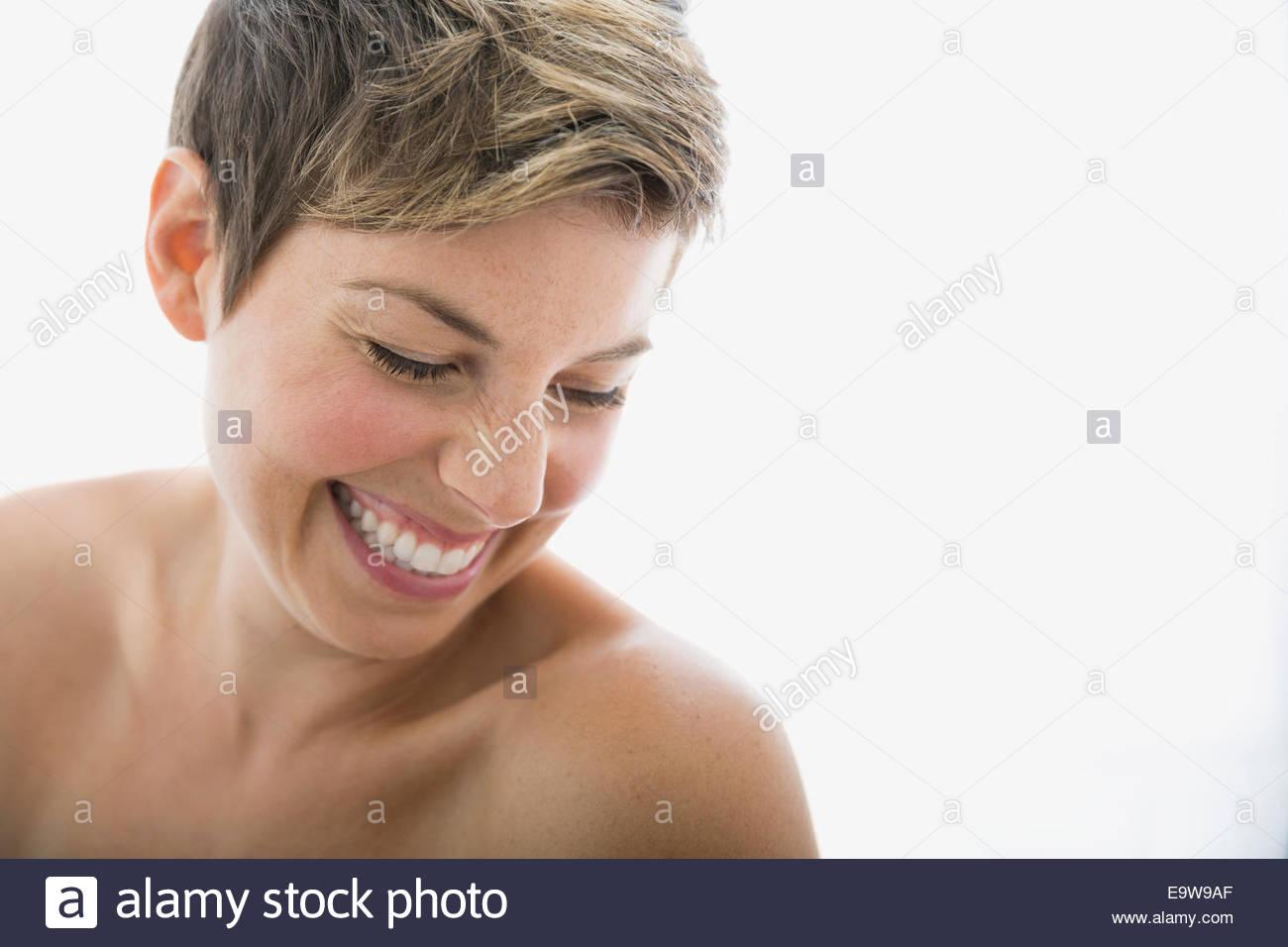 Lachende Frau mit nacktem Oberkörper nach unten Stockbild