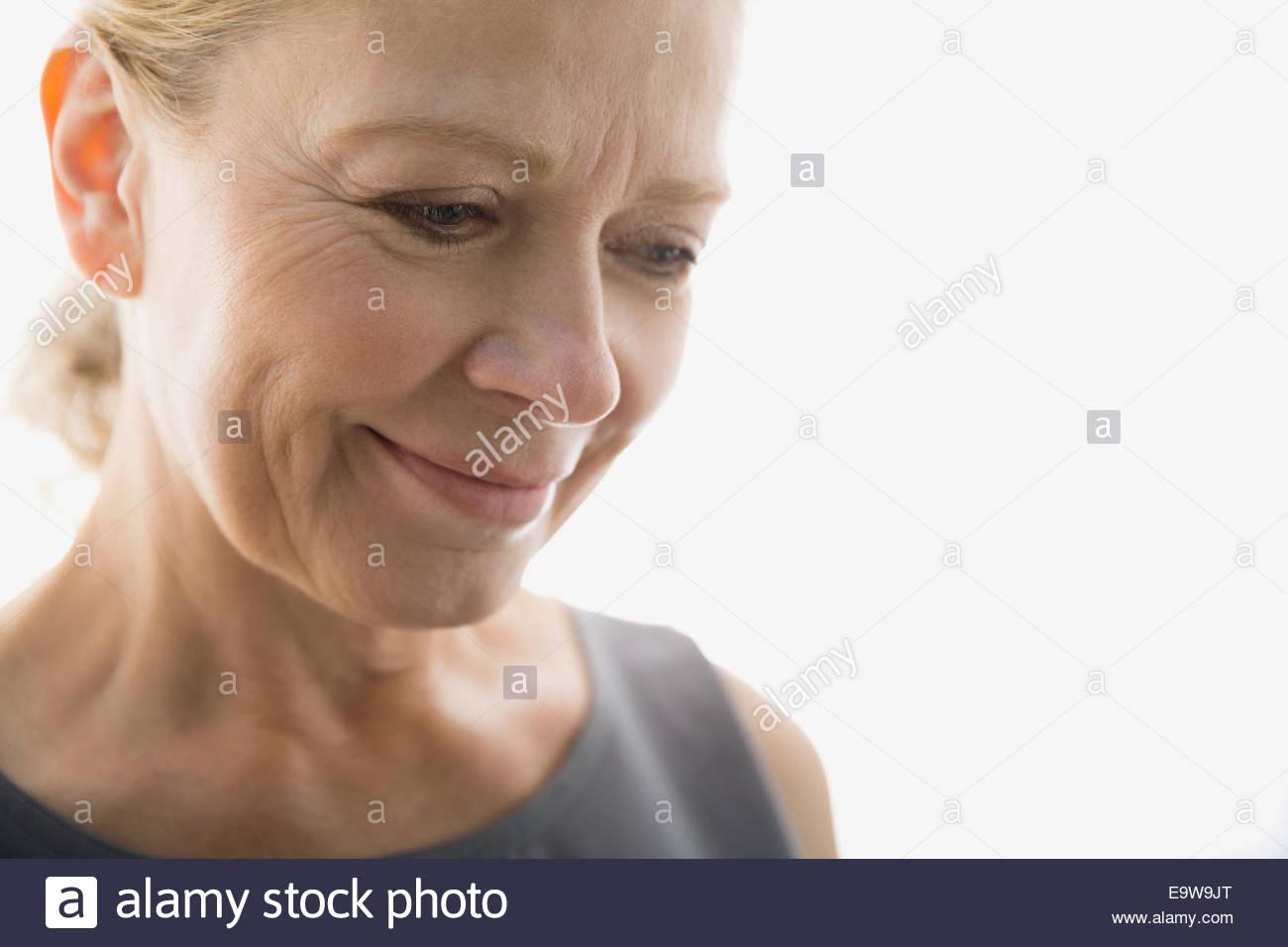 Porträt der lächelnde Frau blickte hautnah Stockbild