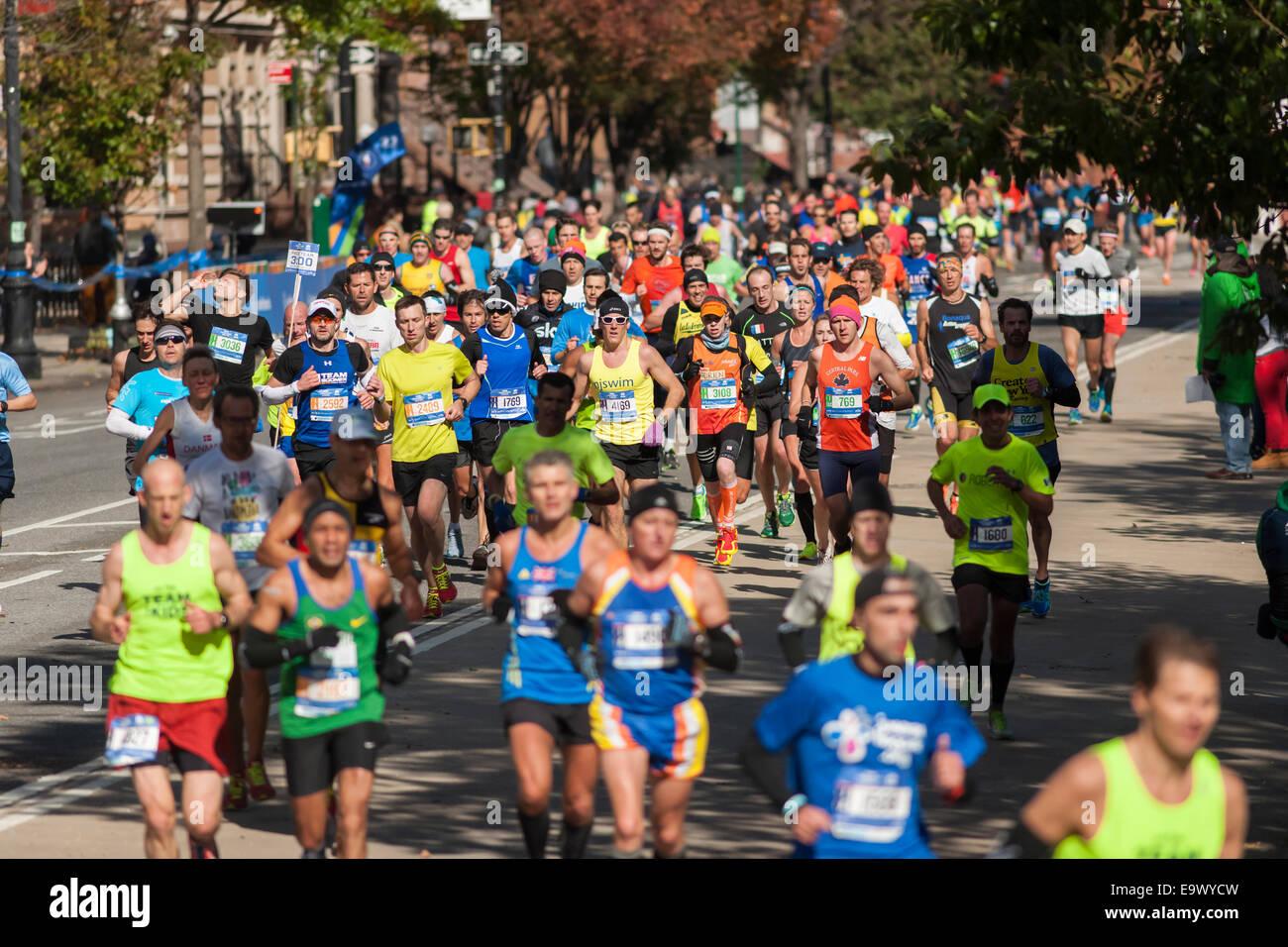 Läufer-Pass durch Harlem in New York in der Nähe der 22 Meile Markierung in der Nähe von Mount Morris Stockbild