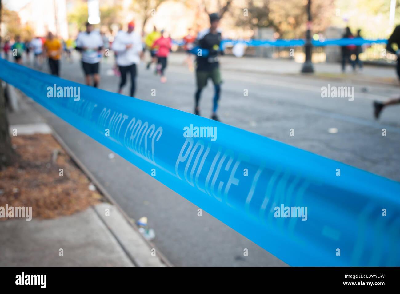 Eine Polizei-Band trennt Zuschauer von Läufern in Harlem in New York in der Nähe von 22 Meilen-Marke in Stockbild