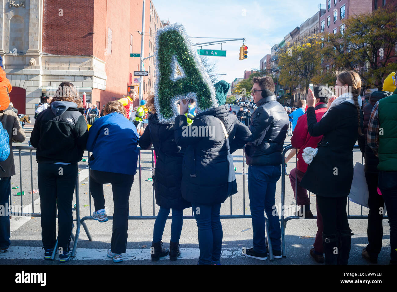 Zuschauer beobachten Läufer passieren Harlem in New York in der Nähe der 22 Meile Markierung auf Sonntag, Stockbild