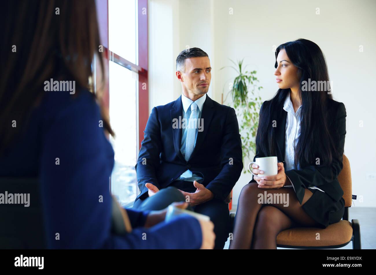 Geschäftsleute mit Treffen in Büro Stockbild