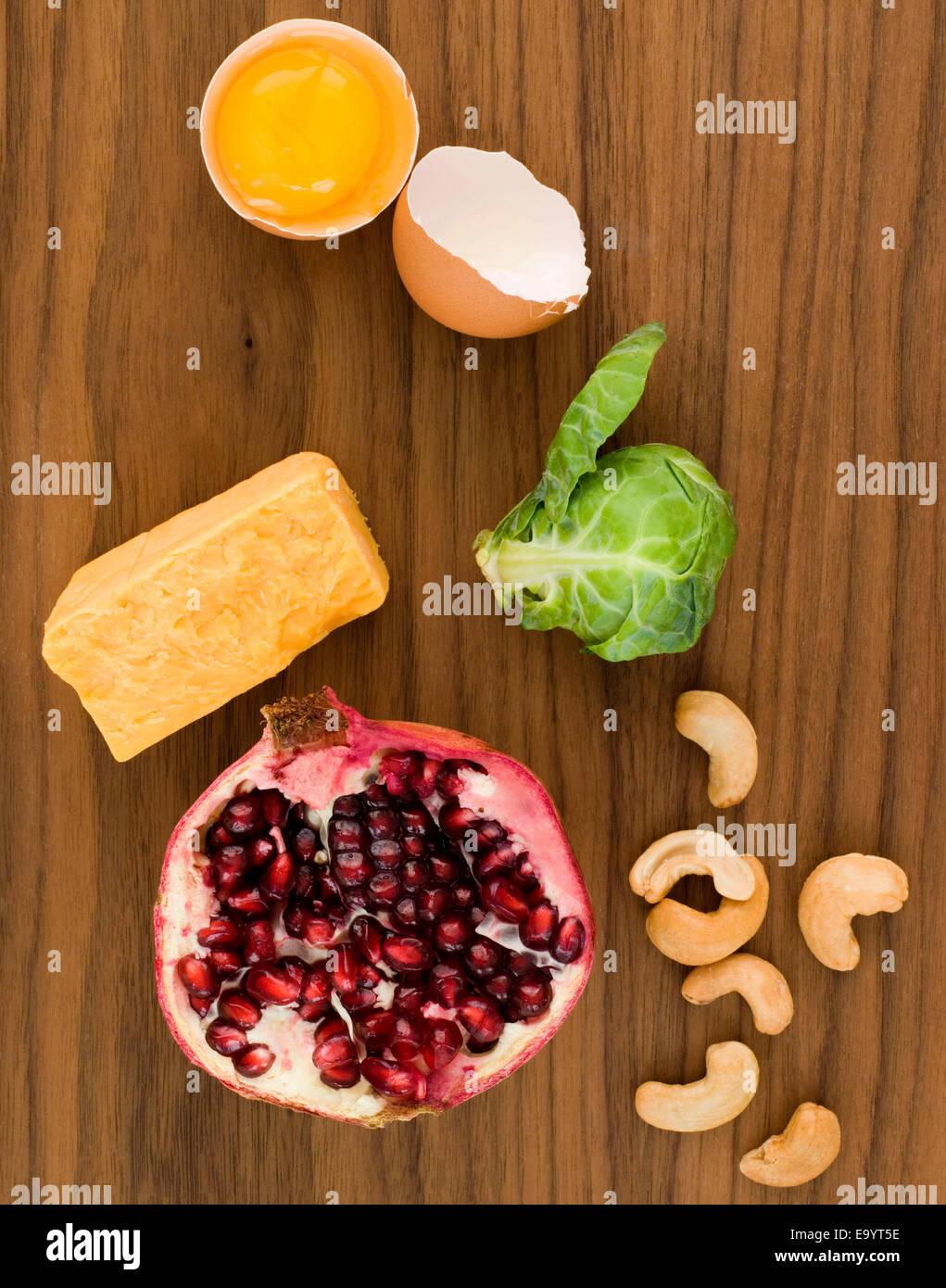 Stillleben von verschiedenen Lebensmitteln auf Holzoberfläche Stockbild