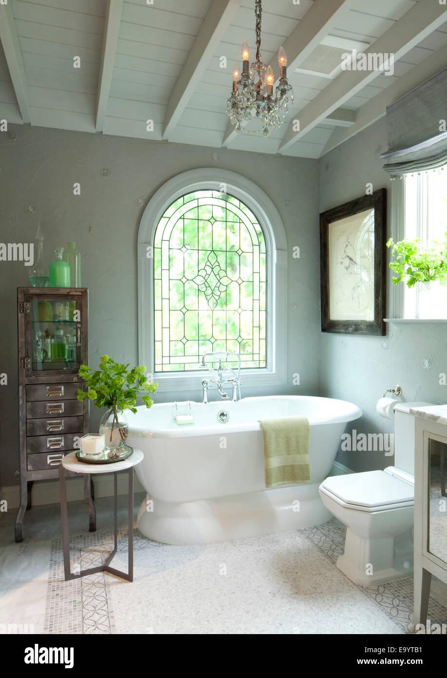 Traditionelle Badezimmer mit großen Keramik Badewanne. Stockbild
