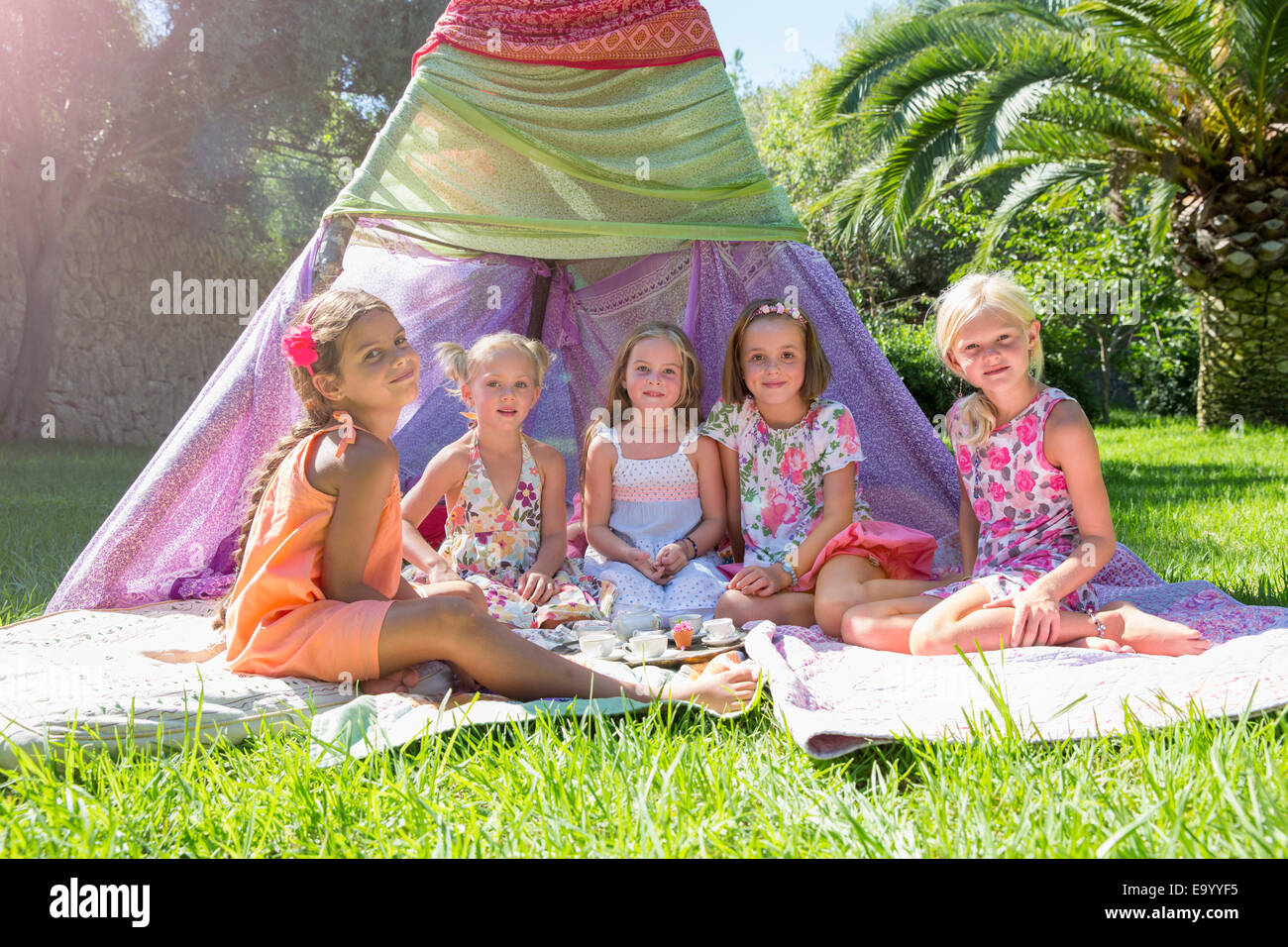 Porträt von fünf Mädchen vor Tipi Stockbild