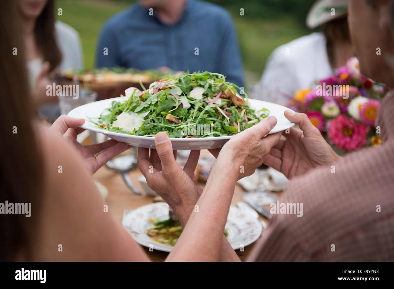 Gruppe von Erwachsenen Essen im Freien genießen Stockbild