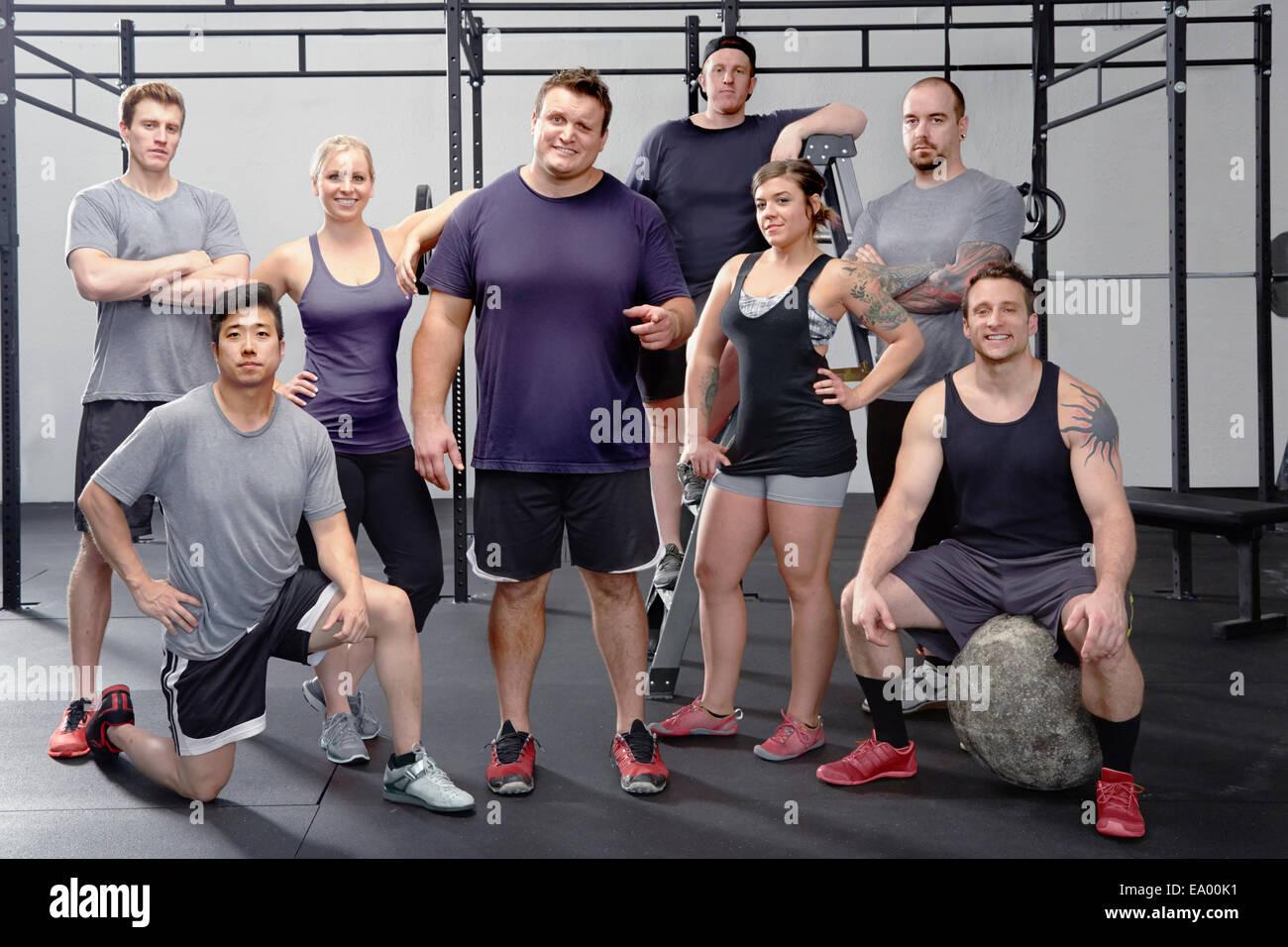 Porträt von acht Menschen in Turnhalle Stockbild