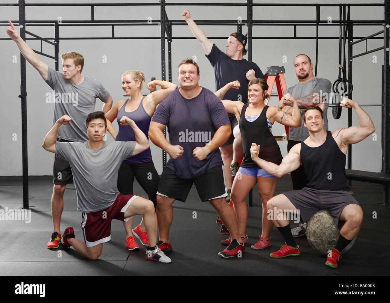 Porträt von acht Personen, die Muskeln im Fitness-Studio Stockbild