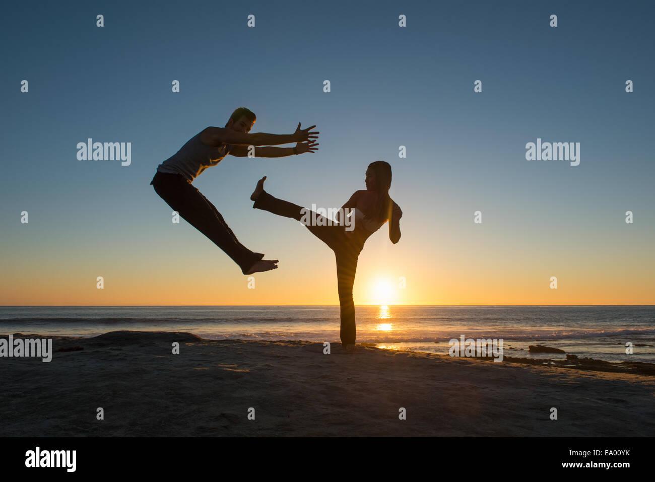 Menschen in springen und treten Posen am Windansea Beach, La Jolla, Kalifornien Stockbild