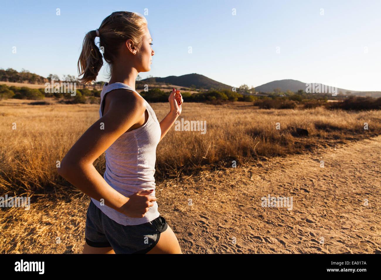 Junge Frau, Joggen, Poway, Kalifornien, USA Stockbild