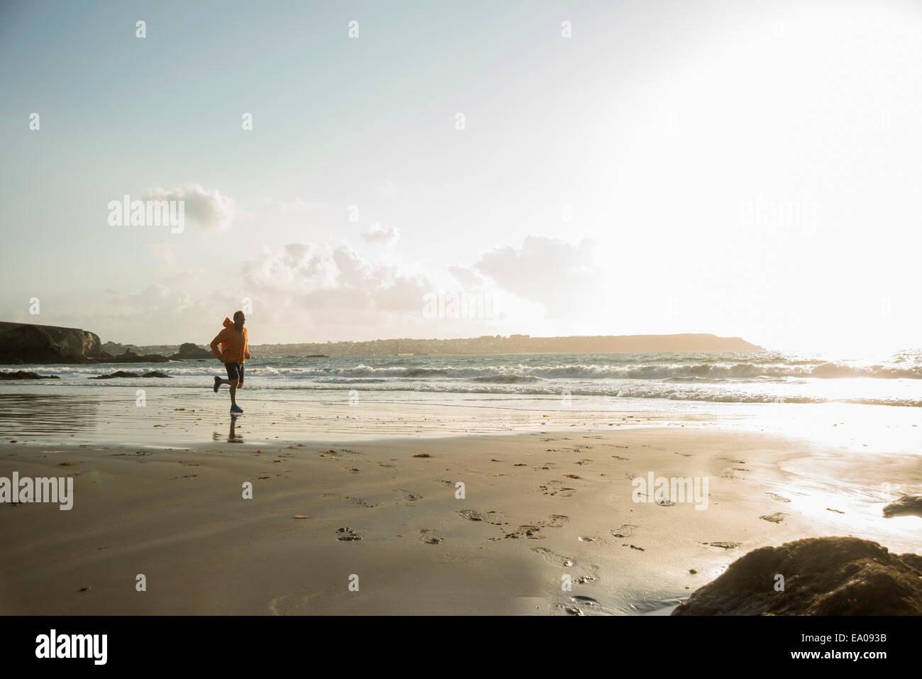 Reifer Mann laufen auf Sand, Küste Stockbild