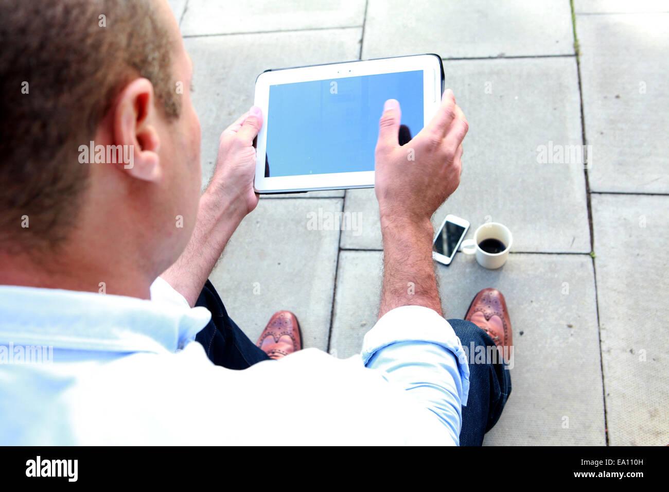 Schulter-Blick über männliche Architekt digital-Tablette auf Büro-Schritt Stockbild