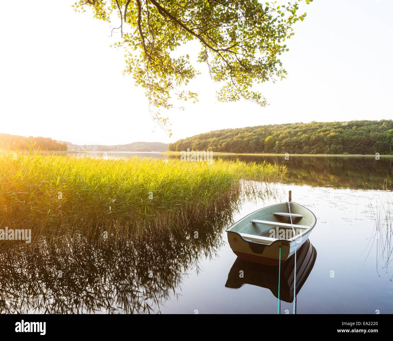 Festgemachten Boot Reflexion auf See Stockbild