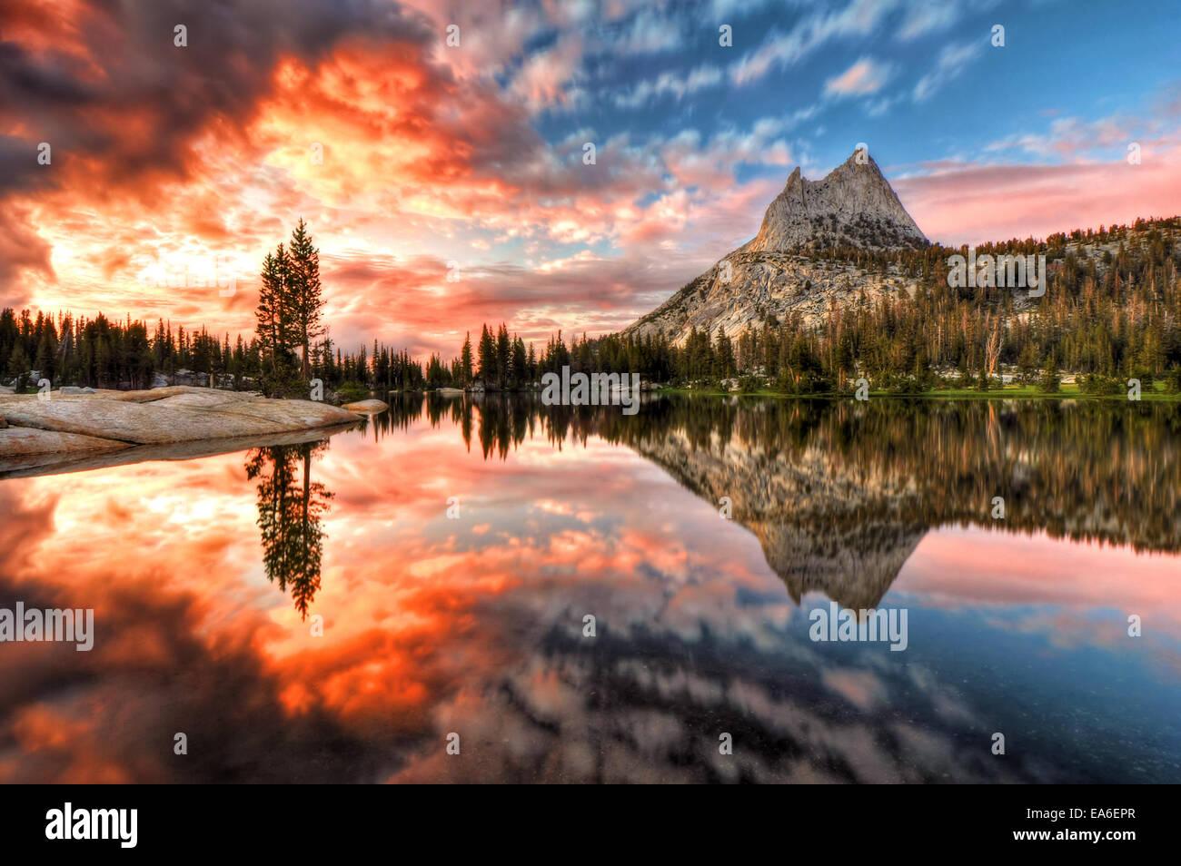 USA, California, Yosemite-Nationalpark, letzte Licht am Cathedral Lake Stockbild