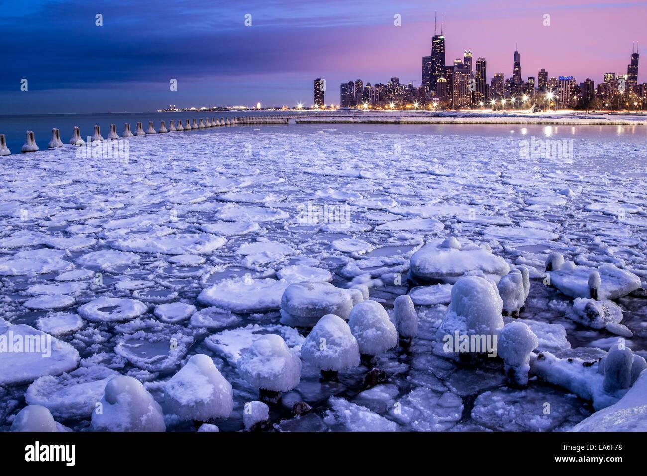 USA, Illinois, Chicago, beleuchtete Skyline gesehen durch den eisigen Hafen Stockbild