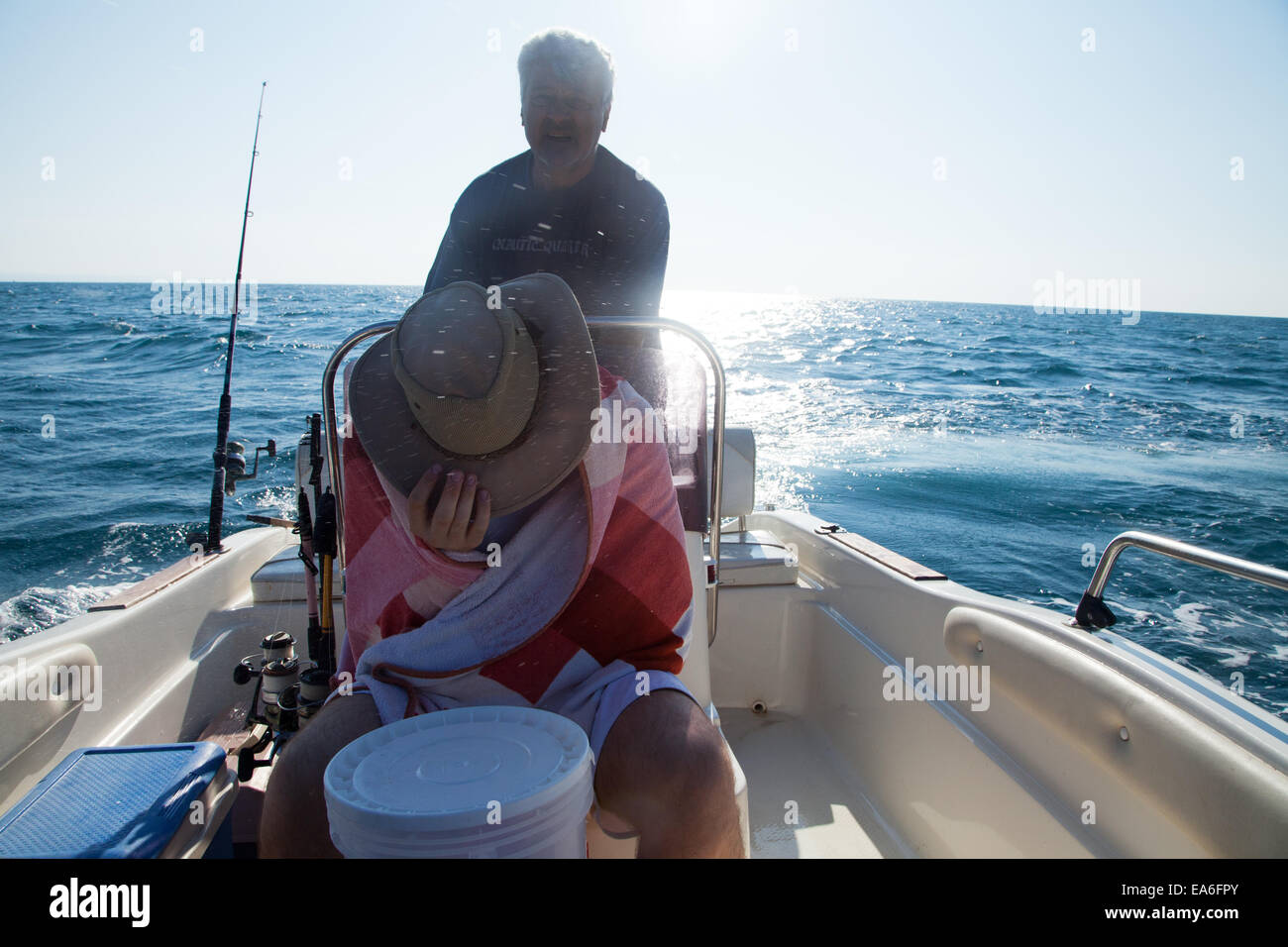 Italien, Apulien, TA, Ginosa, Marina di Ginosa, Männer Angeln am Boot in Italien Stockbild
