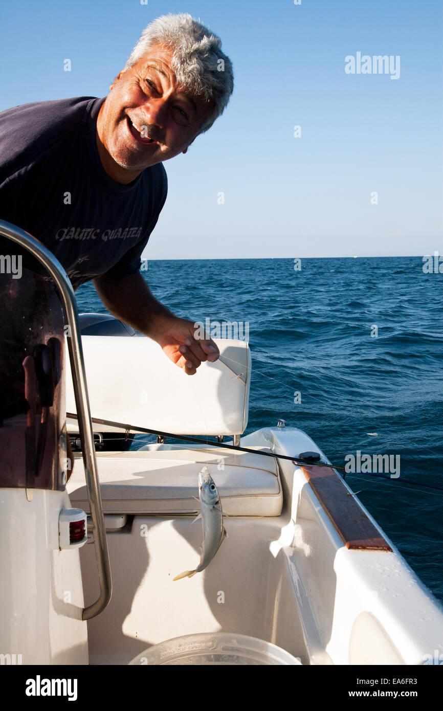 Italien, Apulien, TA, Ginosa, Marina di Ginosa, glückliche Fischer Stockbild
