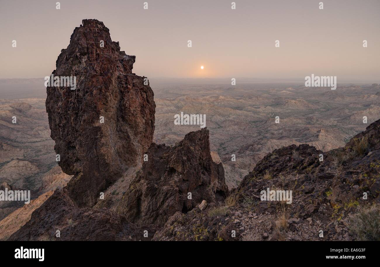 USA, Arizona, Kofa National Wildlife Refuge, Full Moon Rising von Castle Dome Stockbild