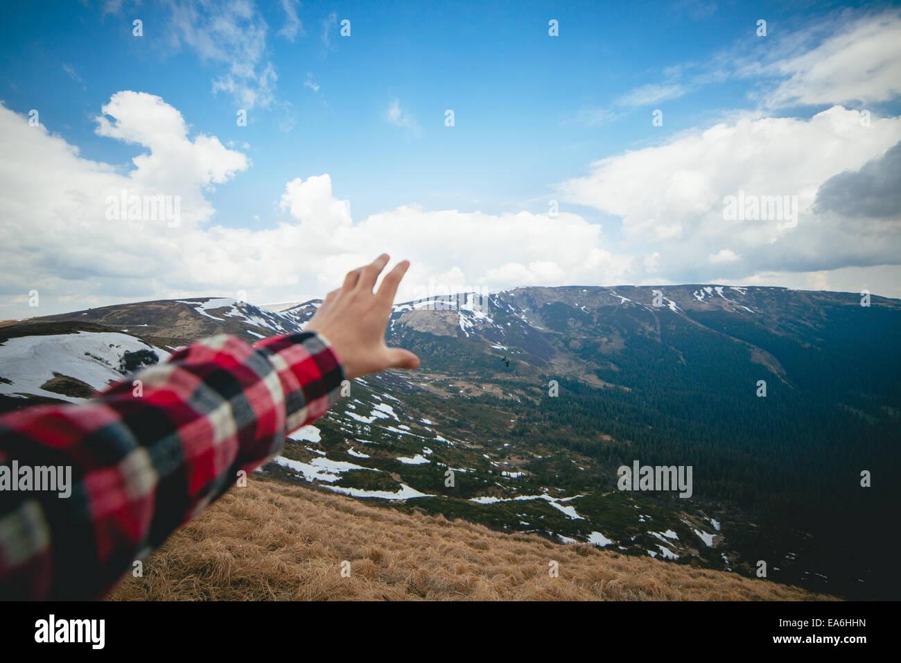 Malerische Landschaft mit der menschlichen Hand im Vordergrund Stockbild