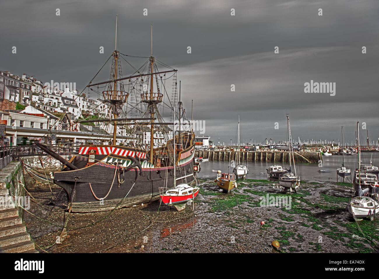 Golden Hind Schiff Replik und Angelboote/Fischerboote in leeren Hafen von Brixham, Torbay, Devon, England, UK. Stockbild
