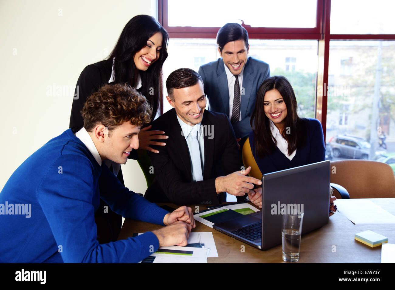 Glücklich Geschäftsleute, die im Büro arbeiten zusammen Stockbild