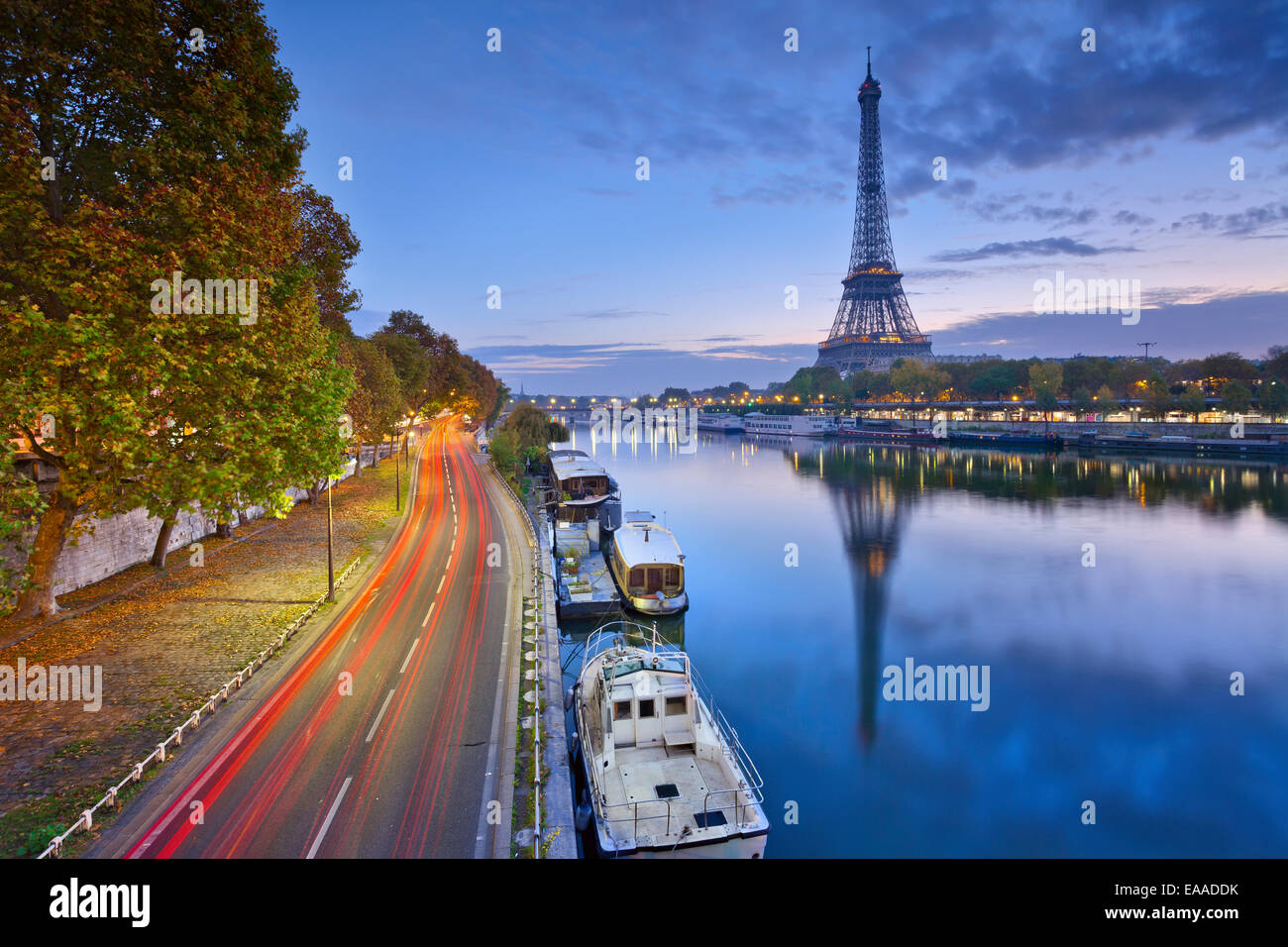 Bild vom Eiffelturm mit der Reflexion in dem Fluss Seine. Stockbild