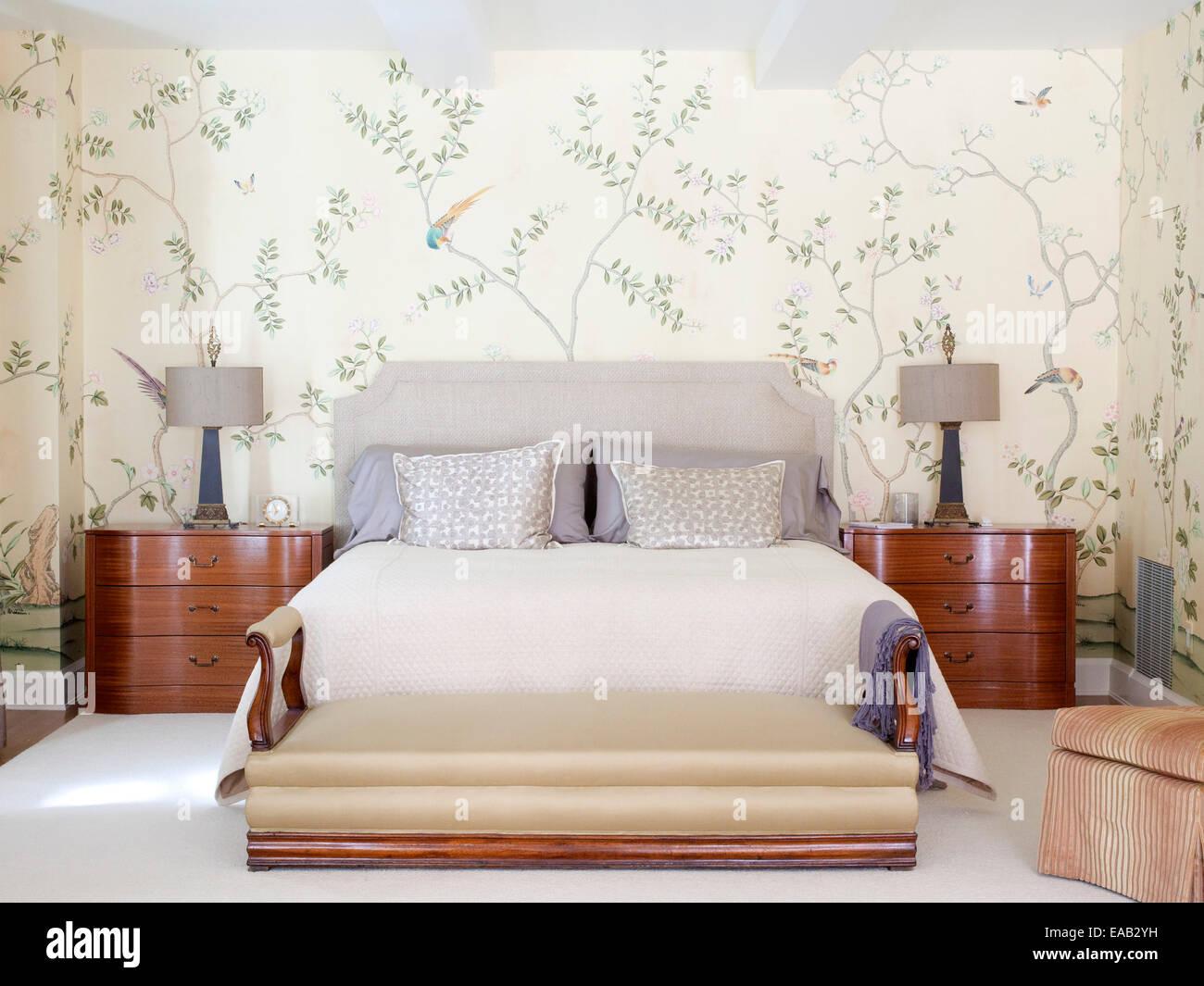 Traditionelle gehobene Schlafzimmer Stockbild