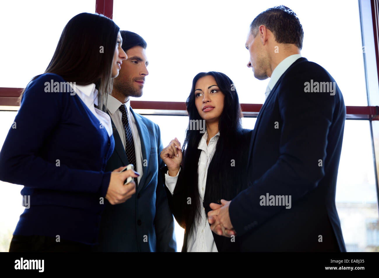 Gruppe von Geschäftsleuten im Büro sprechen Stockbild